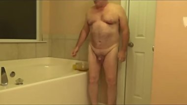 Tom Pearl Takes A Sponge Bath With Piss